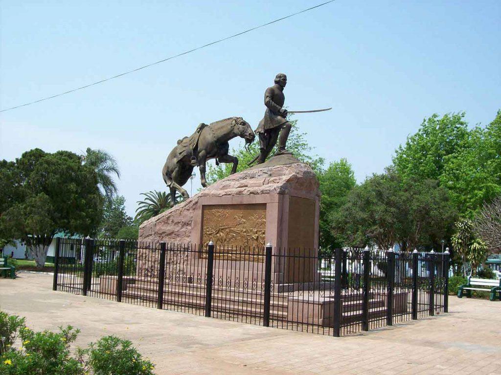 Monumento al General Joaquín Madariaga y sus 108 valientes en la Plaza Independencia.