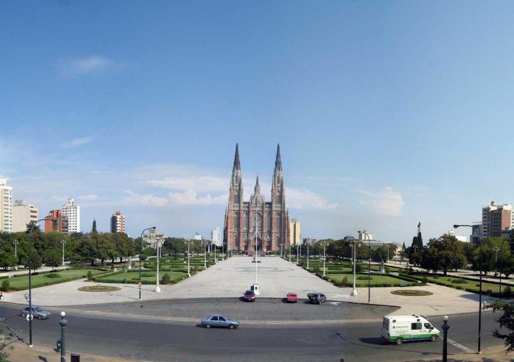 Catedral de La Plata desde plaza Moreno, misteriosdelaplata.blogspot.com.ar