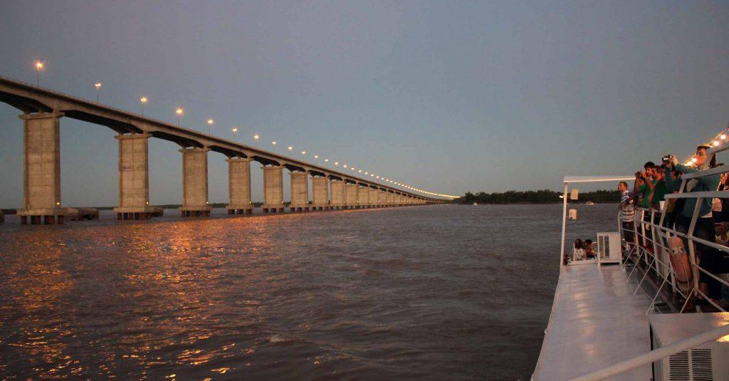 Barco Ciudad de Rosario visitando el Puente Rosario Victoria