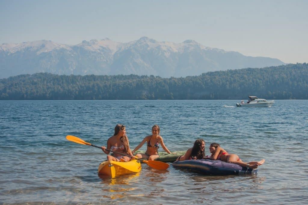 Kayak en lago de Neuquén - foto: Efraín Dávila
