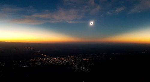 El eclipse del 2 de julio en el filo serrano de la Villa de Merlo