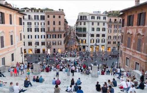Roma: prohíben a los turistas sentarse en la escalinata de Plaza España